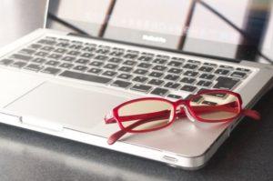 メガネとパソコンの画像
